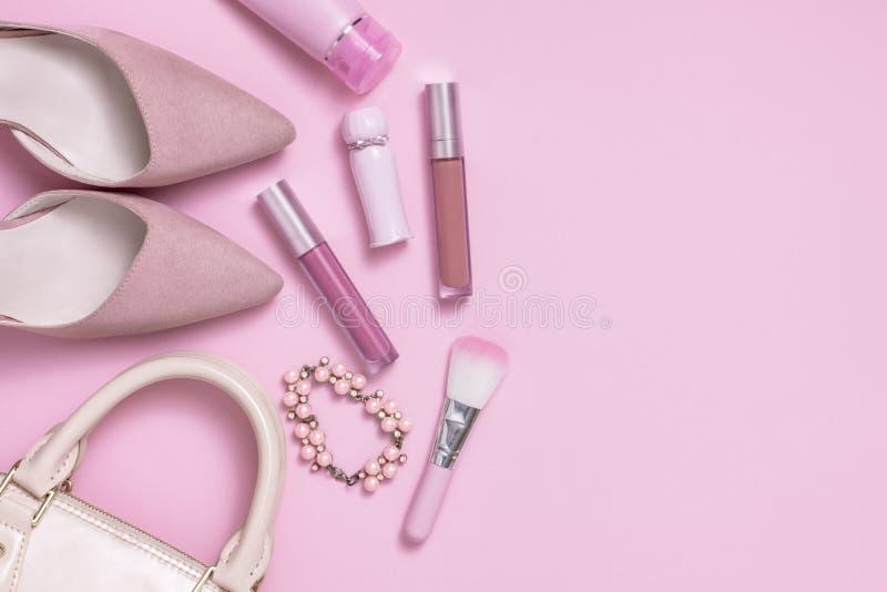 Εικόνα Layflat της μόδας της ρόδινης γυναίκας και των προϊόντων καλλυντικών στοκ εικόνα