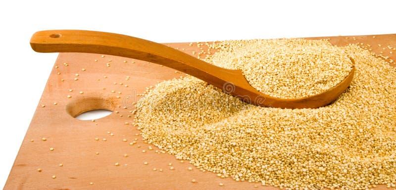 Εικόνα quinoa των σιταριών σε έναν ξύλινο πίνακα στοκ εικόνα