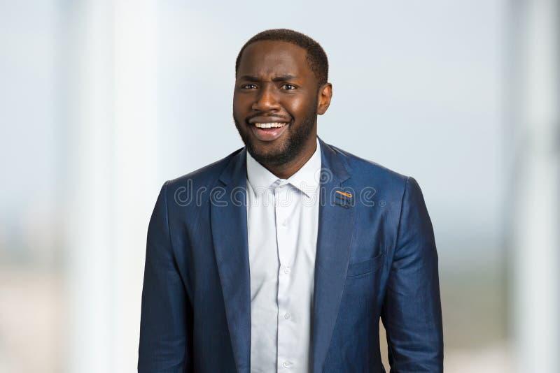 Ειλικρινής χαμογελώντας αμερικανικός επιχειρηματίας afro στοκ εικόνες