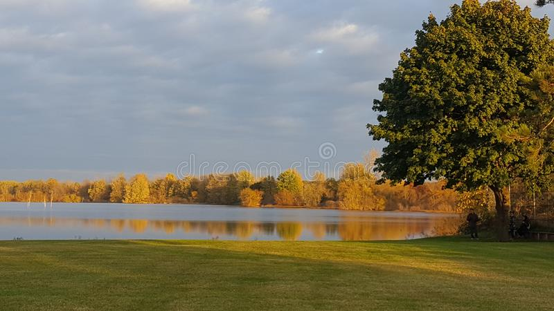 Ειρηνική λίμνη το φθινόπωρο στοκ φωτογραφία με δικαίωμα ελεύθερης χρήσης