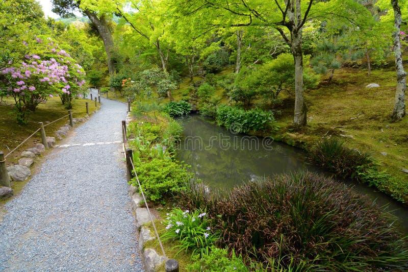 Ειρηνική πορεία περπατήματος σε έναν υπέροχα εξωραϊσμένο ιαπωνικό κήπο λιμνών στοκ εικόνα