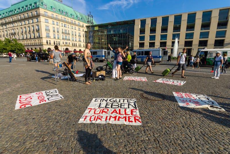 Ειρηνική δράση διαμαρτυρίας ενάντια στη G20 ομάδα πολιτικής είκοσι σε Pariser Platz μπροστά από την πύλη του Βραδεμβούργου στοκ φωτογραφίες