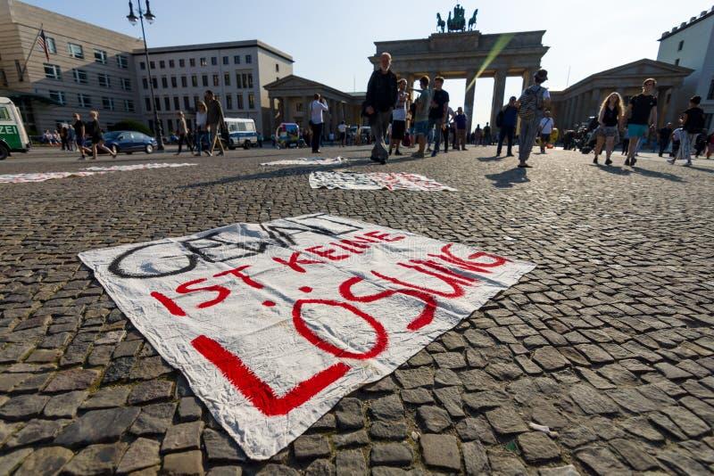 Ειρηνική δράση διαμαρτυρίας ενάντια στη G20 ομάδα πολιτικής είκοσι σε Pariser Platz μπροστά από την πύλη του Βραδεμβούργου στοκ φωτογραφία