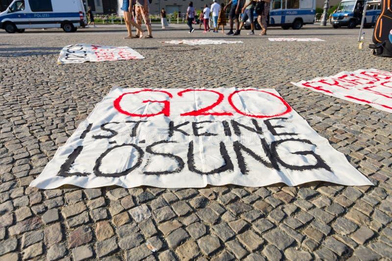 Ειρηνική δράση διαμαρτυρίας ενάντια στη G20 ομάδα πολιτικής είκοσι σε Pariser Platz μπροστά από την πύλη του Βραδεμβούργου στοκ εικόνες