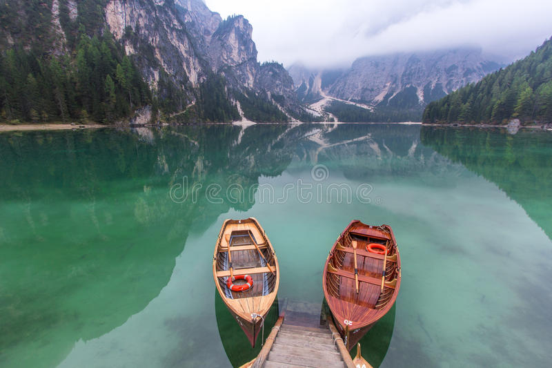 Ειρηνική σκηνή λιμνών Lago Di Braies στοκ εικόνες