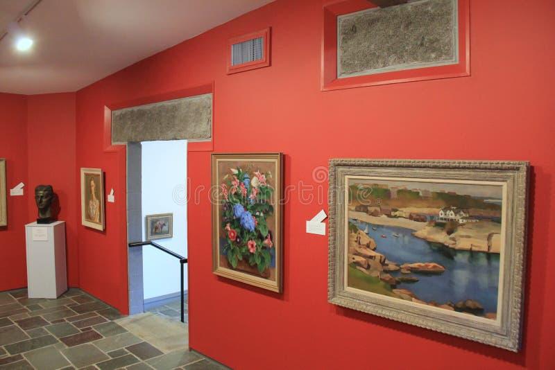 Ειρηνική σκηνή του δωματίου με το πλαισιωμένα έργο τέχνης και τα γλυπτά, μουσείο Ogunquit της αμερικανικής τέχνης, Μαίην, 2016 στοκ εικόνες