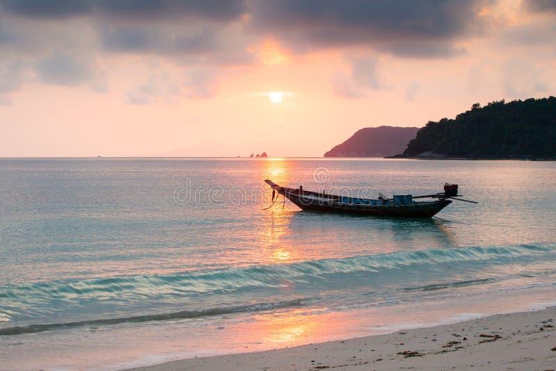 Ειρηνικός χρόνος, όμορφοι θάλασσα και ουρανός ηλιοβασιλέματος Παραδοσιακή αλιεία στοκ εικόνες