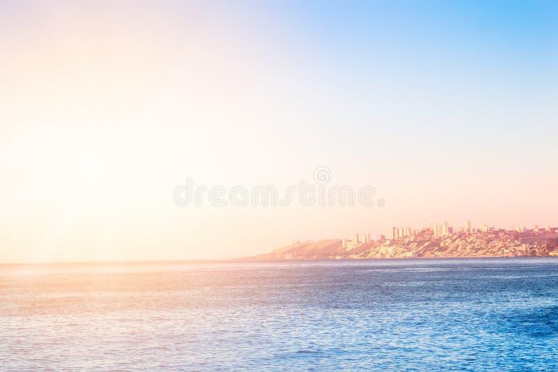 Ειρηνικός Ωκεανός με τα κτήρια της Vina del Mar, Χιλή στοκ εικόνες