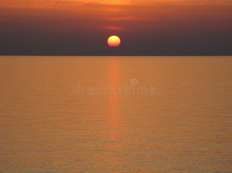 Ειρηνικός Ωκεανός με το σαφή ορίζοντα, το ηλιοβασίλεμα, το σκούρο κόκκινο ουρανό και τα σύννεφα στοκ εικόνες με δικαίωμα ελεύθερης χρήσης