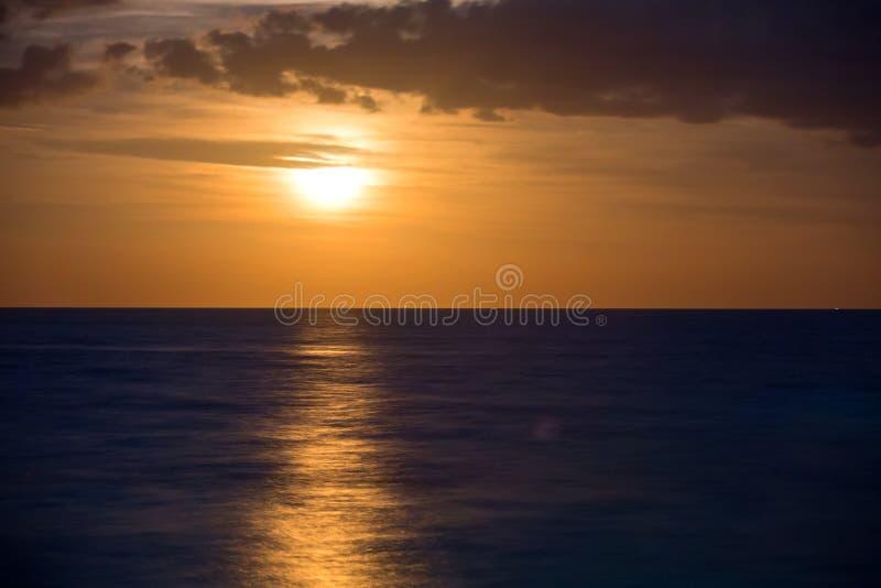 Ειρηνικός Ωκεανός στη νύχτα κατά τη διάρκεια της πανσελήνου στοκ εικόνες