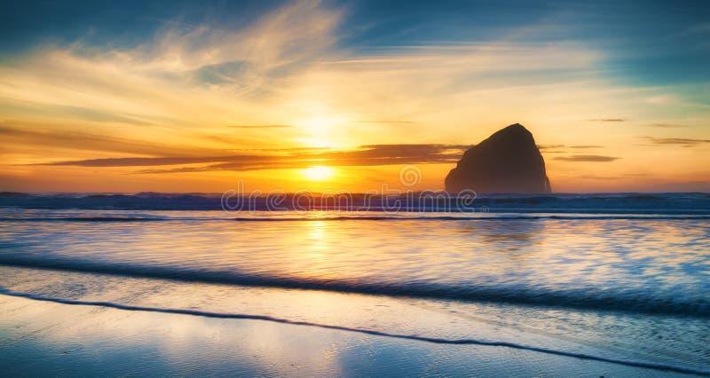 Ειρηνικό ηλιοβασίλεμα πόλεων ακτών του Όρεγκον στοκ εικόνα με δικαίωμα ελεύθερης χρήσης