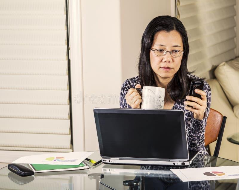 Εισερχόμενο γραφείο μηνυμάτων εργασίας στο σπίτι στοκ εικόνα με δικαίωμα ελεύθερης χρήσης