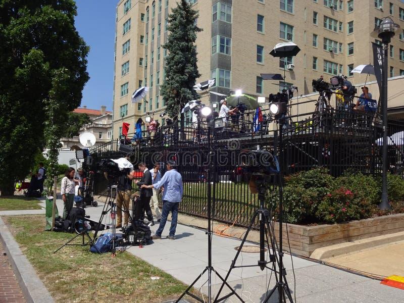 Ειδησεογραφικά μέσα κοντά στην κουβανική πρεσβεία στοκ εικόνες