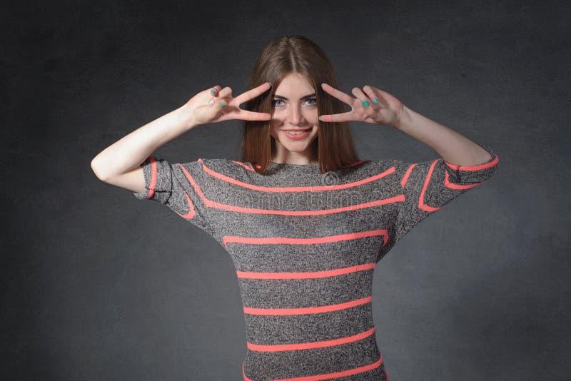 Ειλικρίνεια, έννοια φιλίας Μια γυναίκα στέκεται στοκ φωτογραφίες με δικαίωμα ελεύθερης χρήσης