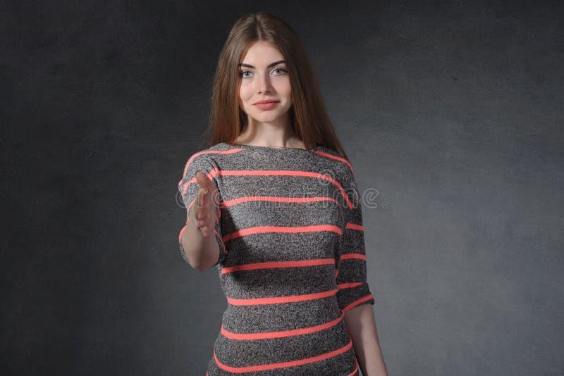 Ειλικρίνεια, έννοια φιλίας Το θηλυκό επεκτείνει ένα χέρι για να εξερευνήσει στοκ φωτογραφία με δικαίωμα ελεύθερης χρήσης