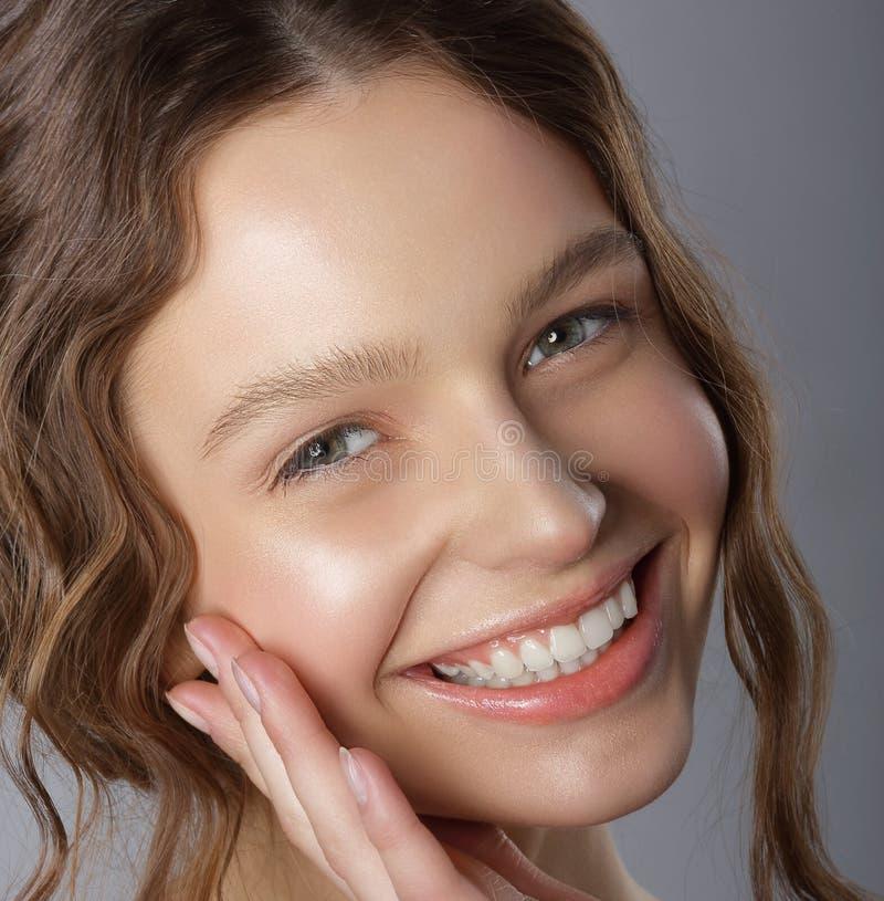 Ειλικρινές χαμόγελο νίκης Πρόσωπο της ευτυχούς ευχάριστης νέας γυναίκας στοκ φωτογραφία