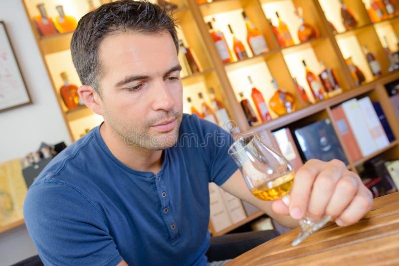 Ειδικός ερασιτέχνης που δοκιμάζει το μεγάλο εκλεκτής ποιότητας γλυκό κρασί στοκ εικόνα