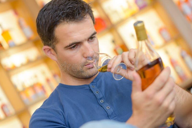 Ειδικός ερασιτέχνης που δοκιμάζει το μεγάλο εκλεκτής ποιότητας γλυκό κρασί στοκ εικόνες με δικαίωμα ελεύθερης χρήσης