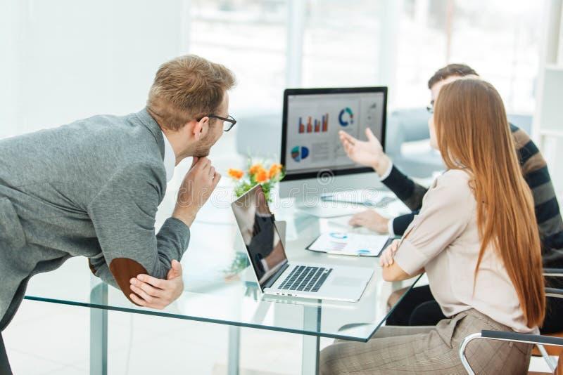 ειδικός στην ομάδα χρηματοδότησης και επιχειρήσεων που κάνει την ανάλυση του μάρκετινγκ των εκθέσεων, στοκ φωτογραφία