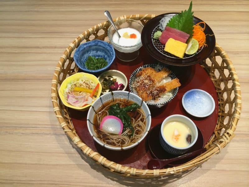 Ειδικό ιαπωνικό παραδοσιακό γεύμα στο καλάθι, ποικιλία ιαπωνικό sashimi τροφίμων, σολομών και τόνου, cutlet χοιρινού κρέατος κύπε στοκ φωτογραφία
