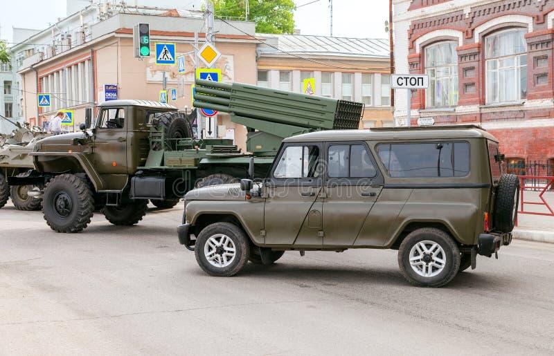 Ειδικό τεθωρακισμένο όχημα uaz-3152 ουσάρος και πολλαπλάσιο BM-21 Grad στοκ εικόνα με δικαίωμα ελεύθερης χρήσης