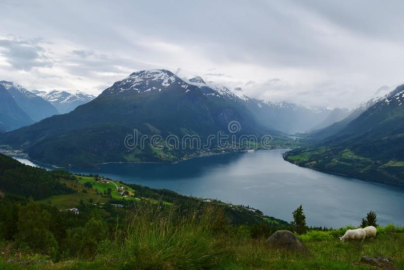 Ειδυλλιακή σειρά βουνών με μια καθαρή λίμνη φιορδ, στη Νορβηγία στοκ εικόνες