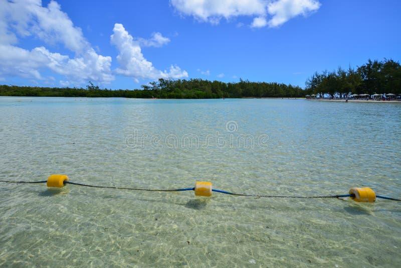 Ειδυλλιακή τροπική θάλασσα και τυρκουάζ νερό στοκ εικόνα