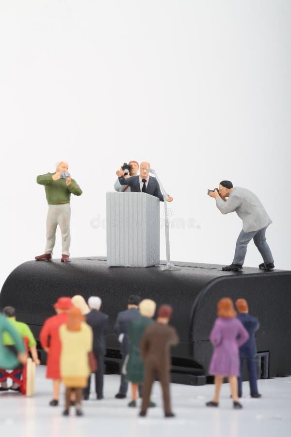 ειδώλιο ενός πολιτικού που μιλά στους ανθρώπους στοκ φωτογραφία