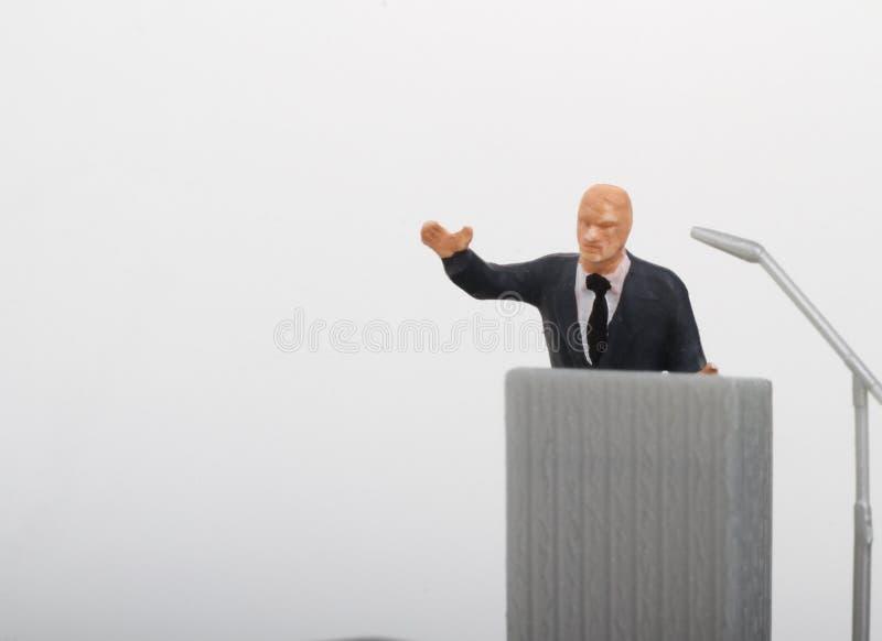 ειδώλιο ενός πολιτικού που μιλά στους ανθρώπους στοκ εικόνα