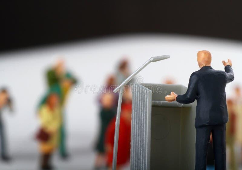ειδώλιο ενός πολιτικού που μιλά στους ανθρώπους στοκ εικόνα με δικαίωμα ελεύθερης χρήσης