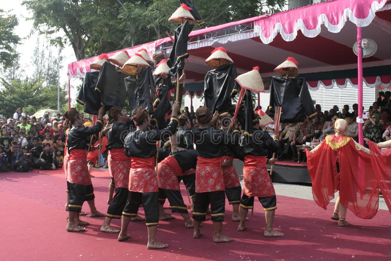 Download Εκατοντάδες των αγροτών χορευτών που οργανώνονται σε Sukoharjo Εκδοτική εικόνα - εικόνα από εκατοντάδες, έτος: 62710110