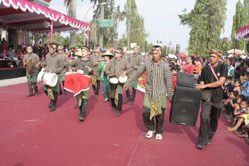 Download Εκατοντάδες των αγροτών χορευτών που οργανώνονται σε Sukoharjo Εκδοτική Φωτογραφία - εικόνα από each, αγρότες: 62710127