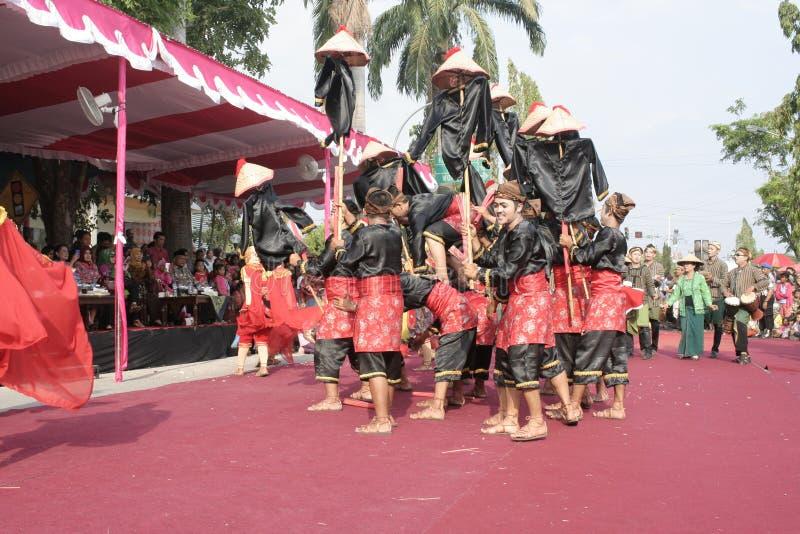 Download Εκατοντάδες των αγροτών χορευτών που οργανώνονται σε Sukoharjo Εκδοτική Στοκ Εικόνα - εικόνα από each, νησί: 62710129