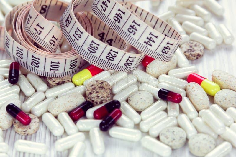 Εκατοστόμετρο και χάπια, κινηματογράφηση σε πρώτο πλάνο στοκ εικόνες με δικαίωμα ελεύθερης χρήσης