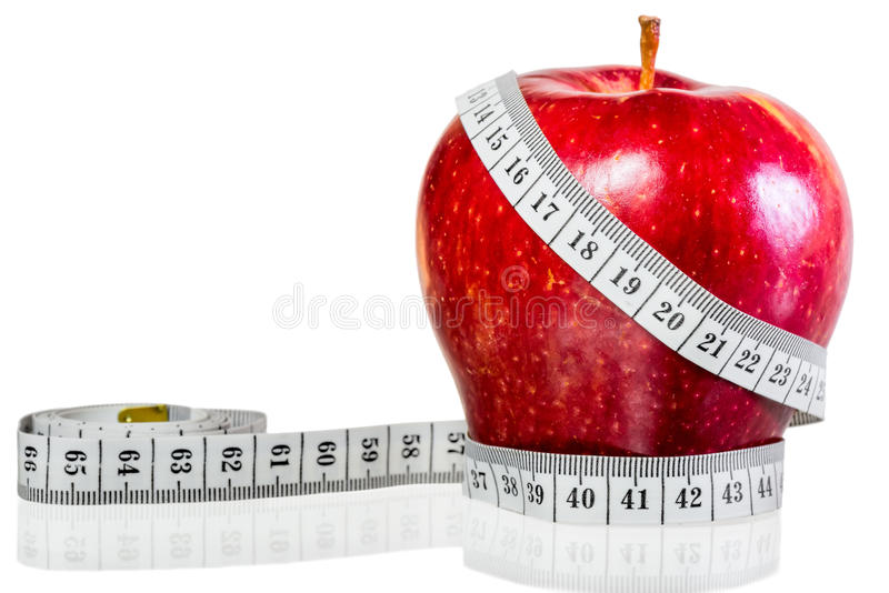 Εκατοστόμετρο που τυλίγεται γύρω από το κόκκινο μήλο στοκ εικόνα