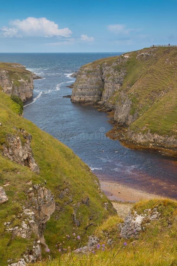 Εκβολές ποταμού στη σπηλιά Smoo στοκ εικόνες