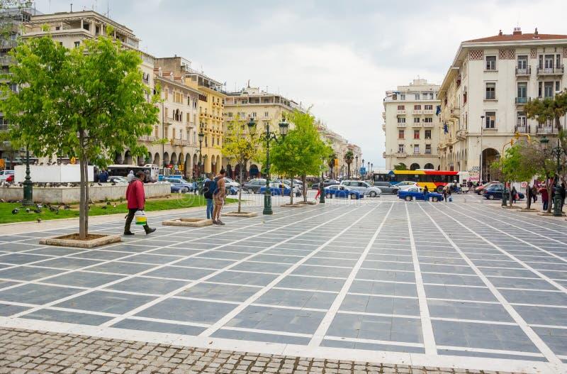 Εκδοτικός E ΘΕΣΣΑΛΟΝΙΚΗ, ΕΛΛΑΔΑ Τετραγωνικές αγορές Archeas και μια για τους πεζούς οδός σε ένα smartphone σε Θεσσαλονίκη, Ελλάδα στοκ εικόνες με δικαίωμα ελεύθερης χρήσης