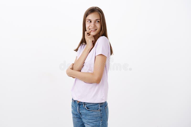 Εκείνος ο τύπος φαίνεται χαριτωμένος Πορτρέτο της ραδιουργημένης και flirty θηλυκής ελκυστικής γυναίκας με το καφετί μακρυμάλλες  στοκ φωτογραφίες