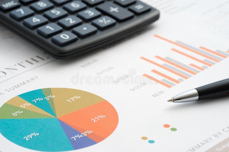 εκθέσεις εγγράφων γυαλιών νομισμάτων επιχειρησιακών διαγραμμάτων ανάλυσης στοκ εικόνα με δικαίωμα ελεύθερης χρήσης