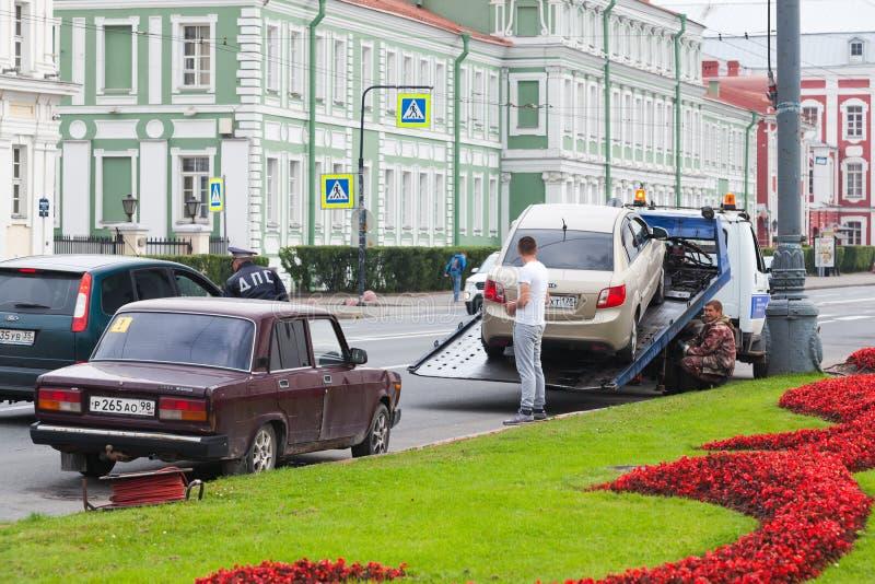 Εκκένωση, οδηγός, αστυνομικός και εργαζόμενος αυτοκινήτων στοκ εικόνες