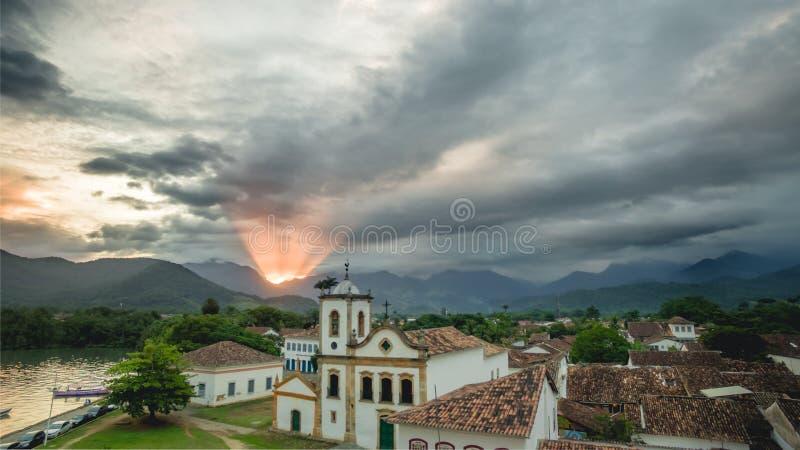Εκκλησία άποψης Aerea & x22 Santa Ρίτα de Cassia & x22  σε Paraty, Ρίο ντε Τζανέιρο, στο λυκόφως στοκ εικόνα