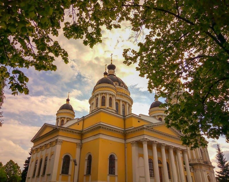 Εκκλησία ενάντια στον ουρανό μεταξύ των φύλλων στοκ φωτογραφία με δικαίωμα ελεύθερης χρήσης