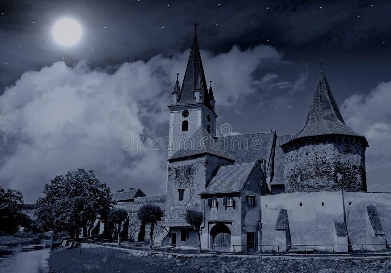 Εκκλησία κάτω από τη πανσέληνο και τα αστέρια στοκ φωτογραφία