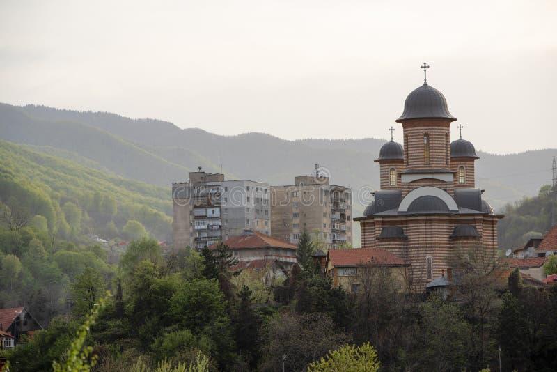 Εκκλησία και επίπεδα σε ένα χωριό επαρχίας Πυροβοληθείς σε μια μουντή ημέρα στοκ φωτογραφία με δικαίωμα ελεύθερης χρήσης