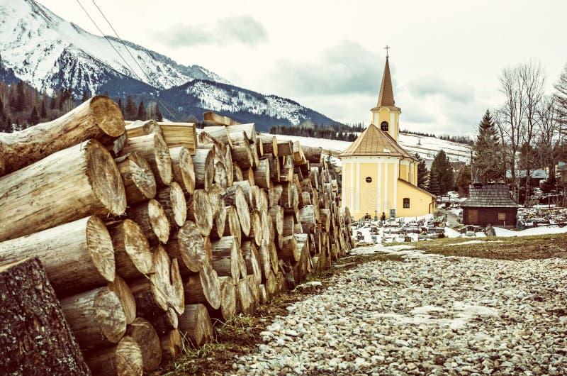 Εκκλησία και ξύλινες ακτίνες σε Zdiar, Σλοβακία, παλαιό φίλτρο στοκ φωτογραφία με δικαίωμα ελεύθερης χρήσης