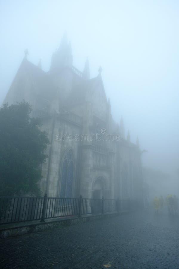 Εκκλησία και ομίχλη σε βροχερό των λόφων NA BA στους λόφους Bana, DA Nang, Β στοκ εικόνες