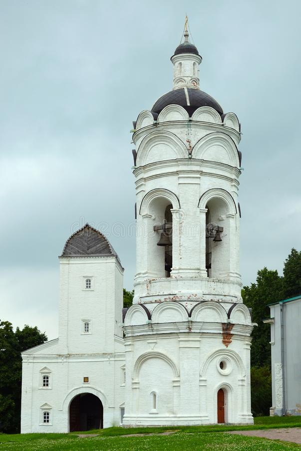 Εκκλησία - καμπαναριό του ST George, που χτίζεται στο XIV αιώνα Κοντά στο κουδούνι ο πύργος είναι ένα μνημείο της αρχαίας αρχιτεκ στοκ εικόνες με δικαίωμα ελεύθερης χρήσης