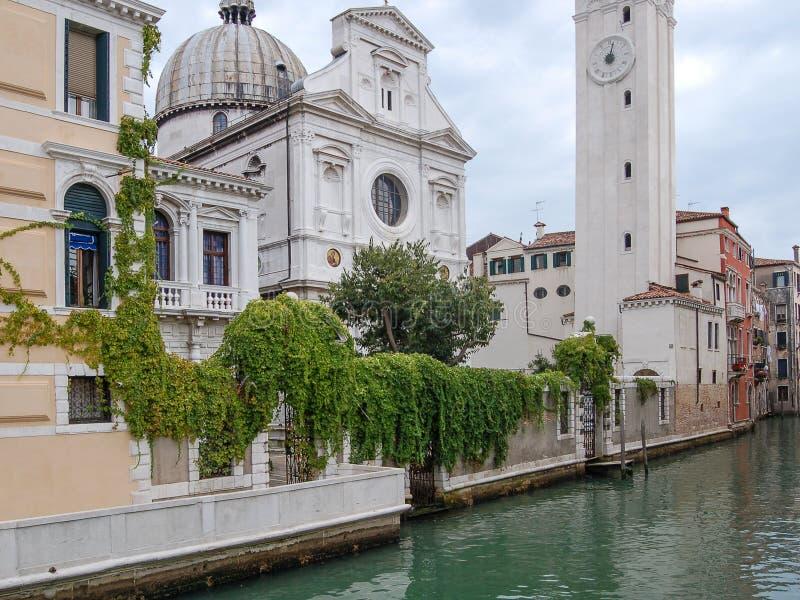 Εκκλησία, κανάλι, παλάτια, βάρκες και παλαιά σπίτια τούβλου στη Βενετία, Ιταλία, Ευρώπη στοκ εικόνα