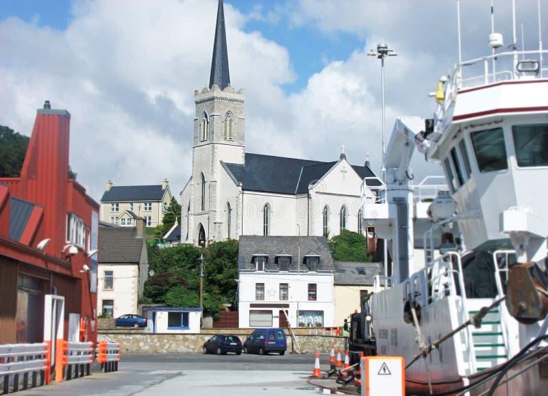 Εκκλησία μεταξύ των μεγάλων αλιευτικών πλοιαρίων αλιείας στο λιμάνι Killybegs στοκ φωτογραφία με δικαίωμα ελεύθερης χρήσης