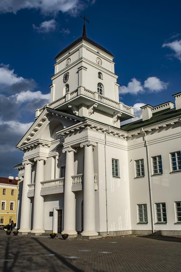 Εκκλησία με έναν βαθύ μπλε ουρανό σύννεφων στοκ εικόνα